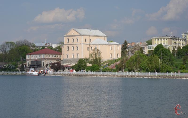Старий замок у Тернополі височіє над ставом