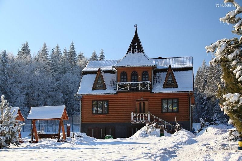 Маєток Миколая розташований у дерев'яному гуцульському будиночку