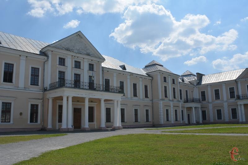Палац у Вишнівці такий великий, що не вміщається в один кадр