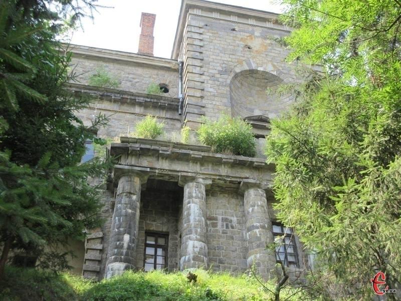 З підніжжя гори палац Ксідо нагадує неприступну фортецю