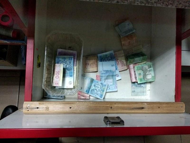 Чоловік вкрав гроші з під прилавку