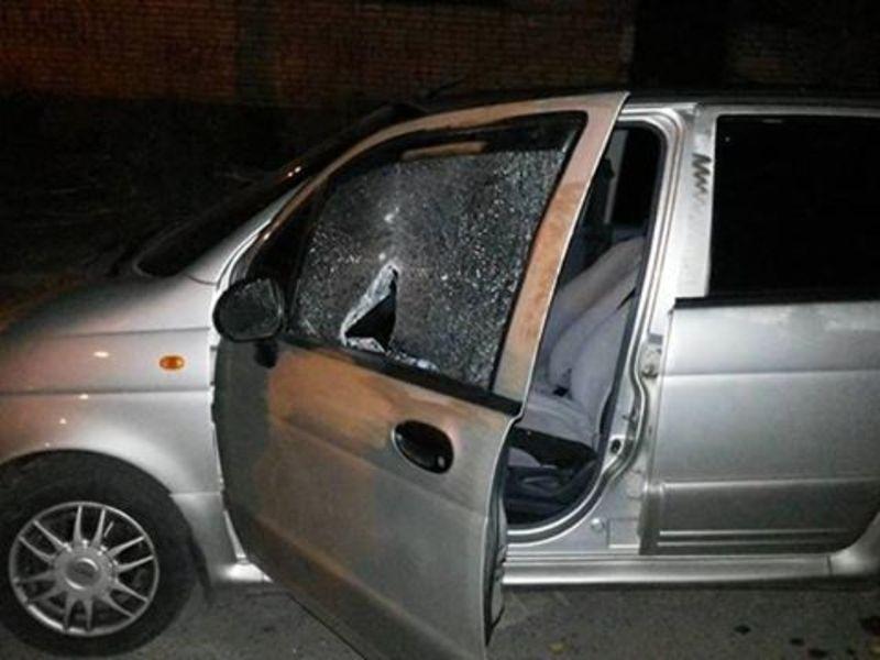 Аби розважитись, чоловік розбив скло в автівках