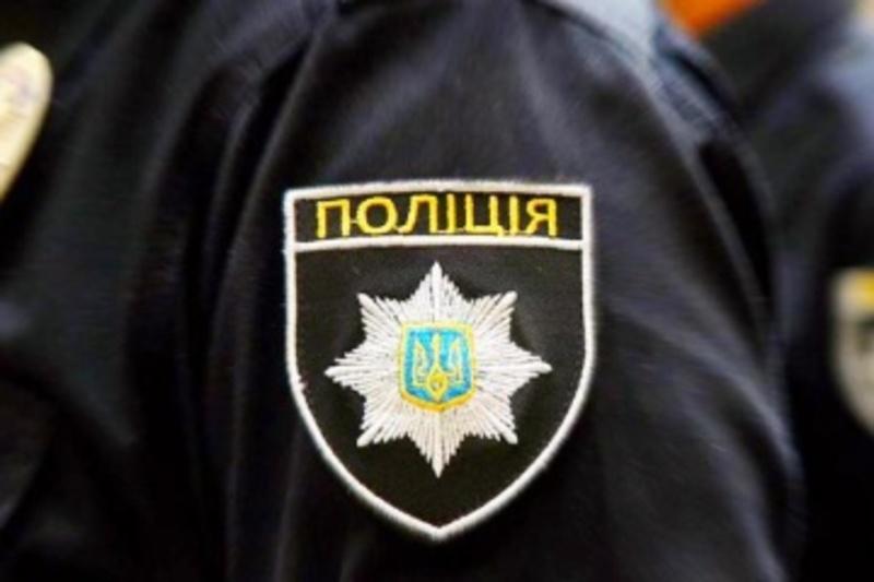 Правоохоронець застосував до громадянина резинову палку, яким безпідставно наніс удар по спині