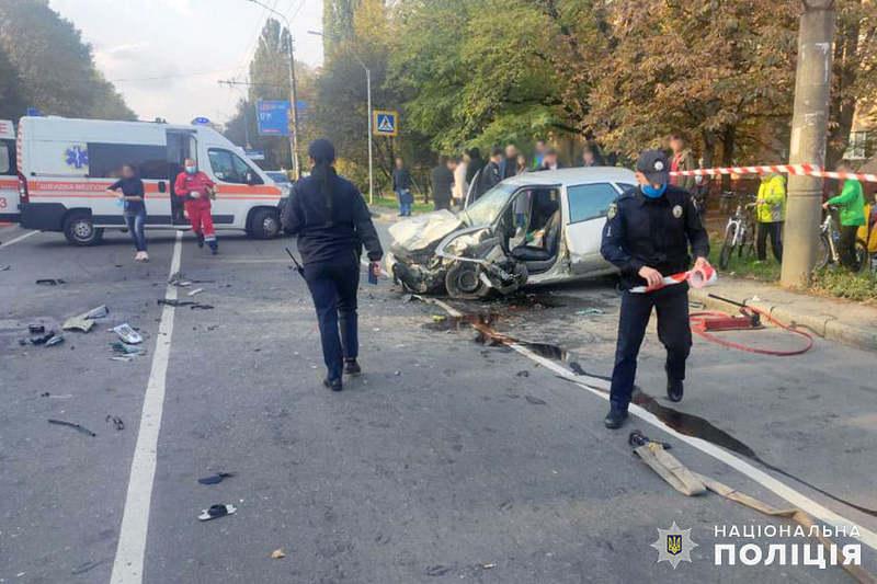 Чоловік, спровокувавши на своєму автомобілі «Део Есперо» ДТП з двома потерпілими, кинув транспортний засіб на дорозі і пішки втік з місця події
