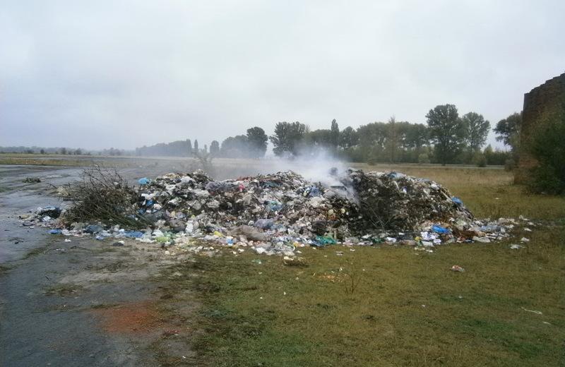 На пасовище вивезли купу сміття