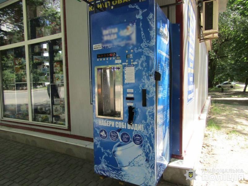 Правоохоронці встановили причетність молодика до серії крадіжок грошових коштів з автоматів питної води