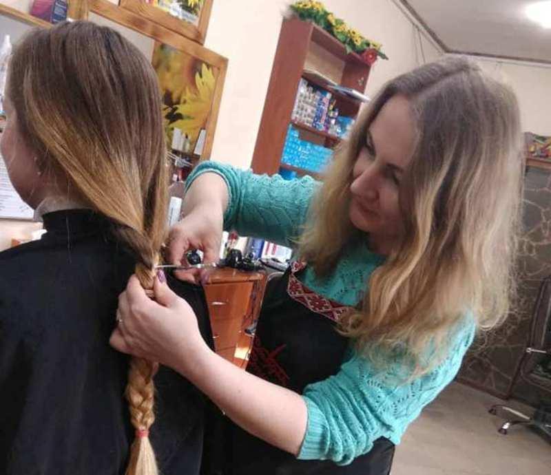 Дівчата, небайдужі до чужого горя, віддали свої коси на перуку для онкохворої дитини