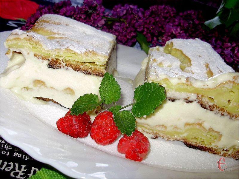 Смаколик дуже ніжний, в міру солодкий. Його сміливо можна назвати тортом, але, за технологією, це швидше один величезний суцільний еклер!
