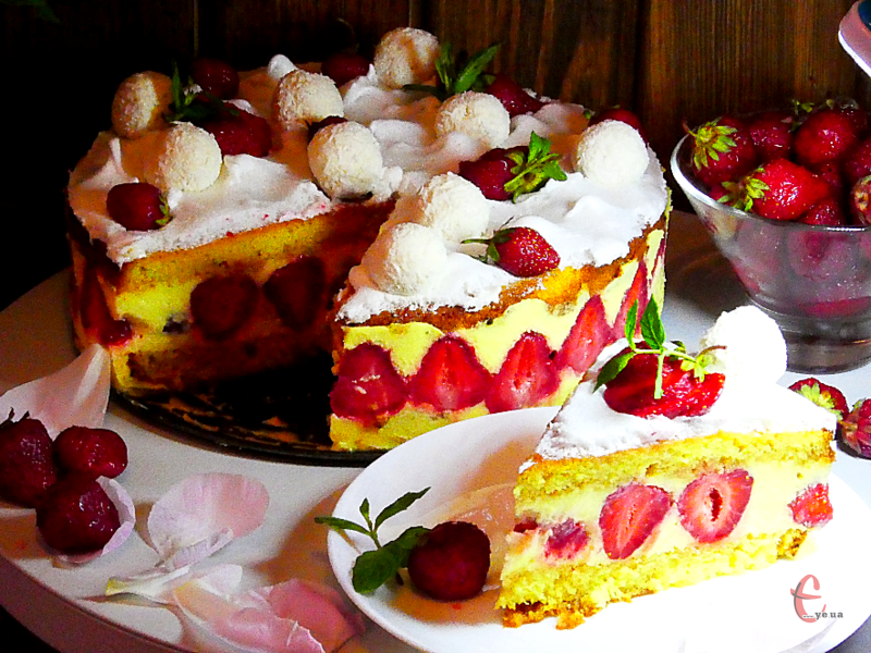 Дуже вишуканий десерт, який складається з м'якого бісквіта, ніжного заварного крему «Муслін» та великої кількості свіжої полуниці.