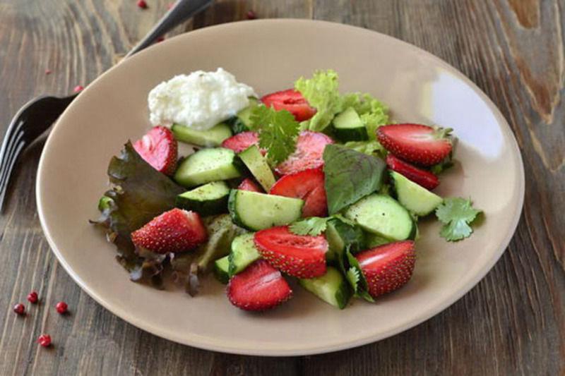 Салати з полуницею чудово доповнюють і урізноманітнюють літнє меню.