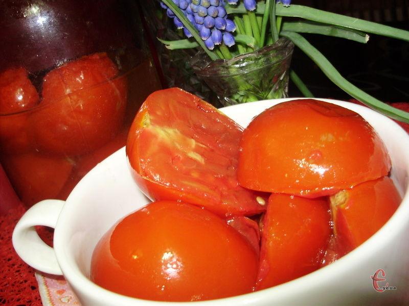 Соковиті й м'ясисті скибочки помідорів та кільця пікантної цибульки, завдяки простому, але смачному маринаду перетворюються на по-справжньому незабутнє доповнення до закусочного столу.