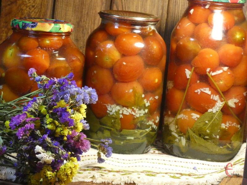 Цікава консервація: приємний солодкий смак томатів із ненав'язливим часниковим ароматом.