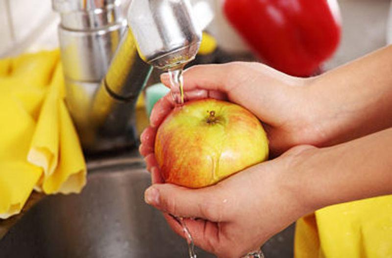 Лікарі наполегливо радять мити фрукти перед вживанням