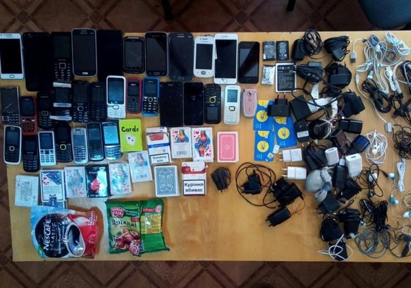 Мобільні телефони, зарядки та гральні карти вияивли під час обшуку