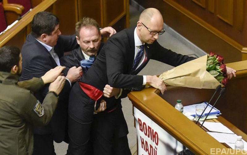 Барна підняв Яценюка на руки та виніс з-за трибуни