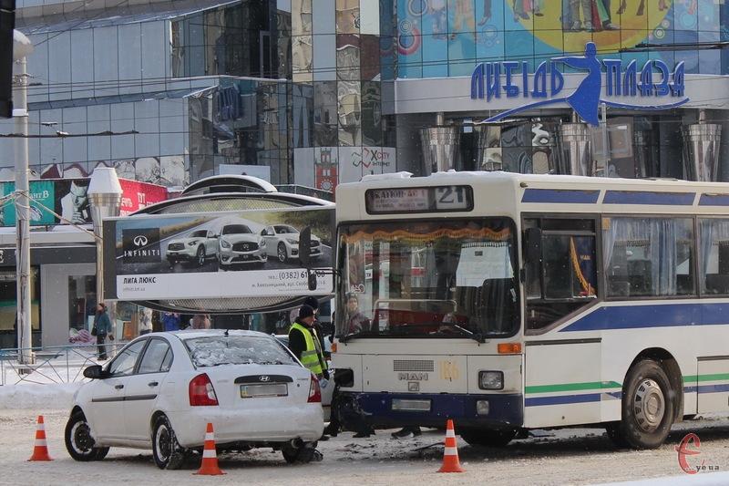 У самому центрі Хмельницького сталася аварія за участі легковика та маршрутного автобуса