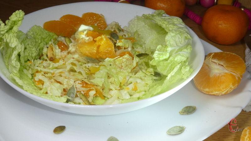 Нехай вас не бентежить поєднання овочів і фруктів у страві, воно дуже гармонійне. Та й сам салат – суцільне джерело вітамінів!
