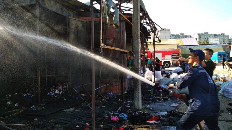 Пожежу ліквідували, але рятувальники залишаються на ринку, аби не допустити повторного загоряння.