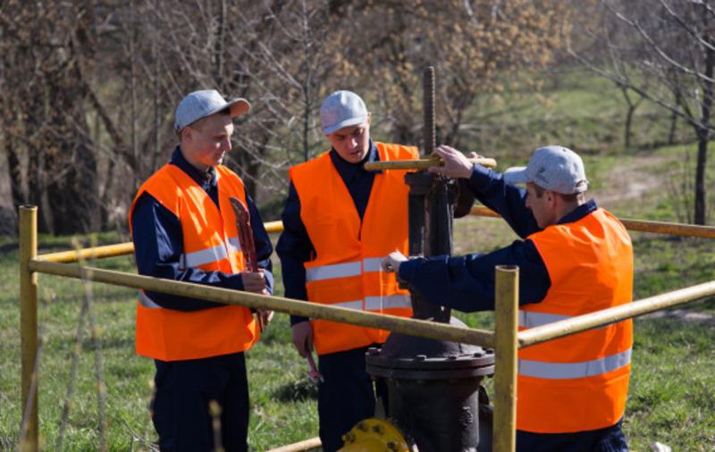 Бригада служби підземних газопроводів проводить планове обслуговування газорозподільчого пункту