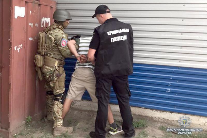 У Хмельницькому поліцейські провели спецоперацію по затриманню членів злочинної групи, які «знімали данину» з перевізників