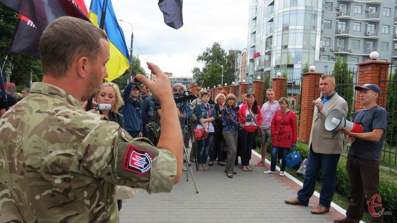 Правий сектор готовий приходити до стін управління МВС у Хмельницькій області щодня. Але, якщо буде їм вказівка їхати до Києва, то, як стверджують, неодмінно поїдуть