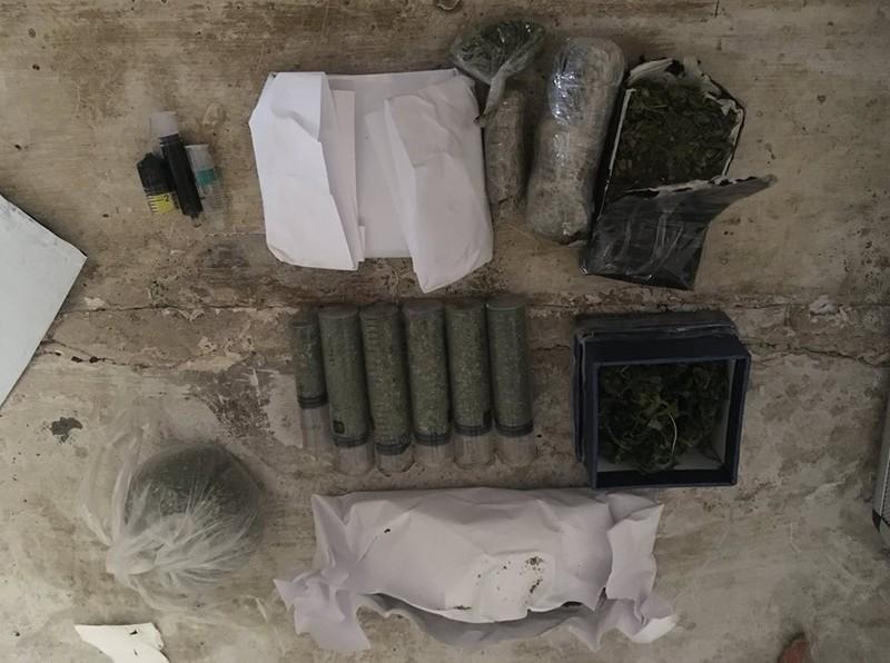 Пакунок з невідомими речовинами перекинули з вулиці Кам'янецька