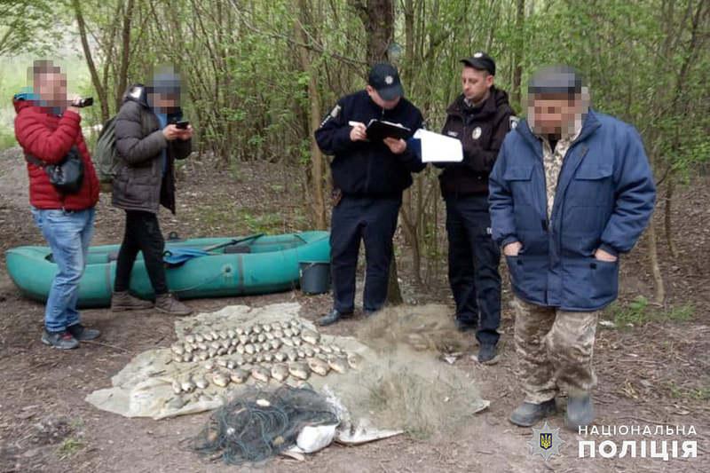 За інформацією поліції, чоловік виловив з водосховища 20 кілограмів риби