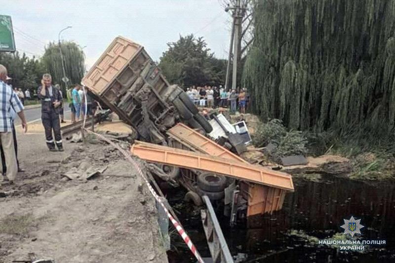 На Хмельниччині працівники поліції з'ясовують причини з'їзду з мосту вантажівки з зерном