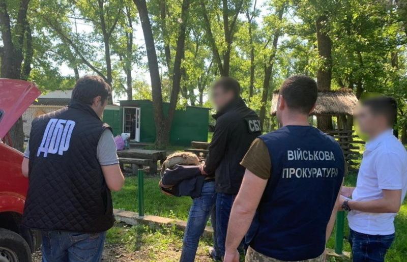 Працівники ДБР разом із СБУ затримали прикордонника на Буковині