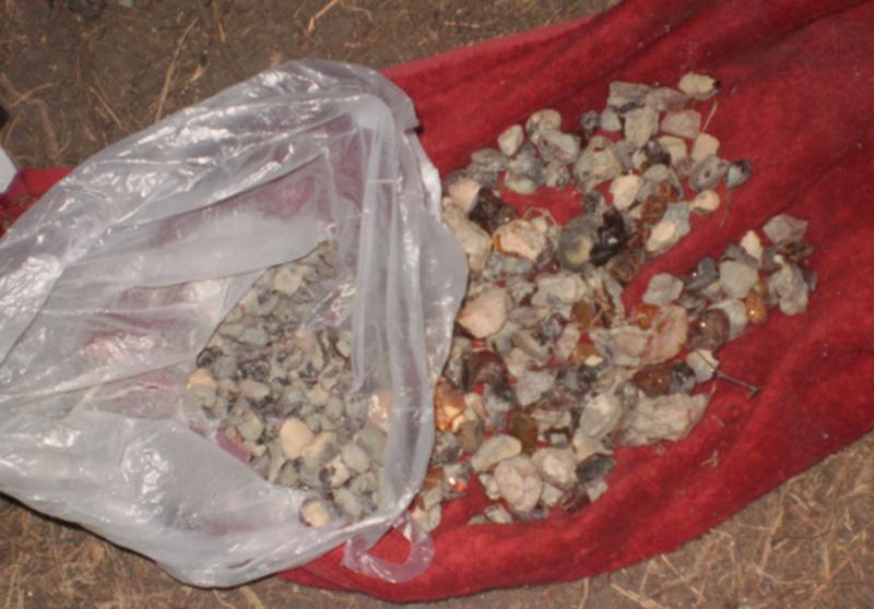 З автомобіля вилучили 500 грам каміння, схожого на бурштин