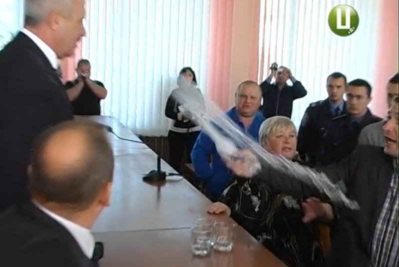 Під час представлення Ігоря Русого, дісталося і першому заступнику голови Хмельницької ОДА Василю Процюку - його облили водою