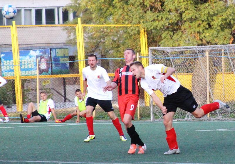 Волочиський Збруч (гравці у білих футболках) цього року виграли як Кубок області так і чемпіонат Хмельниччини з футболу