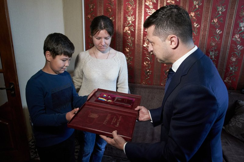 Президент зустрівся з родиною загиблого хмельницького спецпризначенця