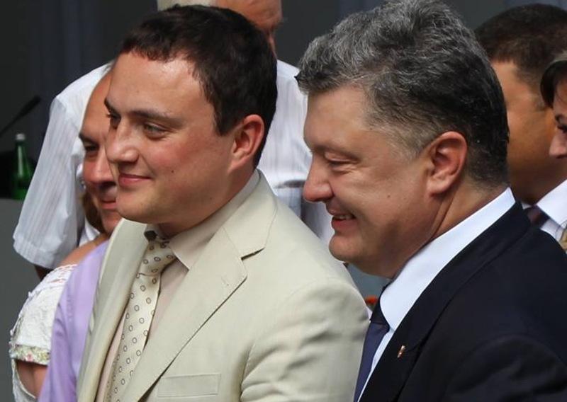 Петро Порошенко (праворуч) звільнив керівника Полонської РДА Олександра Нагурного (ліворуч)