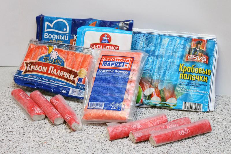 «Сімейна газета» вирішила дізнатися, який виробник реалізує смачніші крабові палички, і влаштувала серед працівників редакції дегустацію цього біло-червоного замороженого продукту
