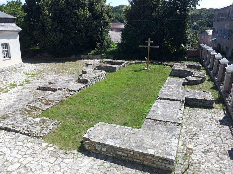Під час розкопок на пам\'ятці був знайдений бронзовий хрест-енколпіон ХІІ-ХІІІ століття, фрагменти нервюр (ребер склепіння) та орнаментований білокам\'яний блок порталу