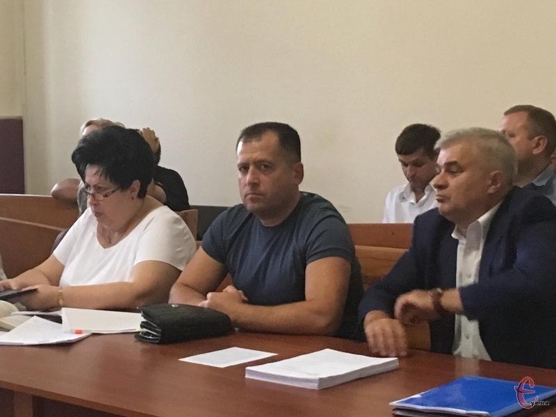 Віктор Крайтор (у центрі), екскерівник управління СБУ в Хмельницькій області, сьогодні прибув до суду, але підготовче засідання перенесли