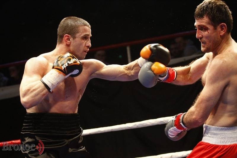 Денис Лазарєв (ліворуч) здобув четверту перемогу на професійному боксерському ринзі