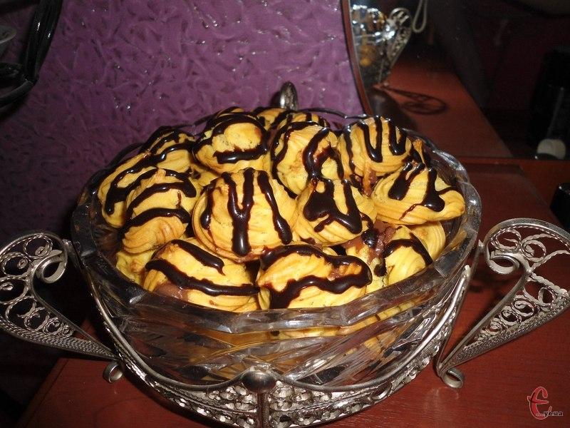 Профітролі — це маленькі круглі французькі тістечка із заварного тіста, порожні всередині. За бажанням їх можна начинити солодкою начинкою: заварним кремом, збитими вершками, морозивом, джемом