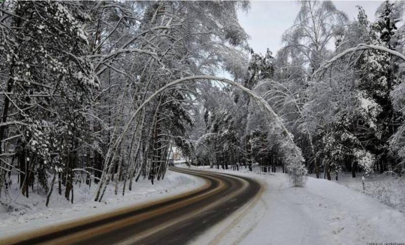 Через ускладенення погодних умов ввечері 12 грудня, водіїв просять бути уважними на дорогах