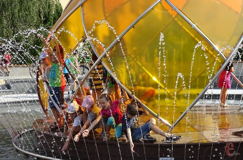 Рідіють літу діти, які залюбки освіжаються у фонтанах