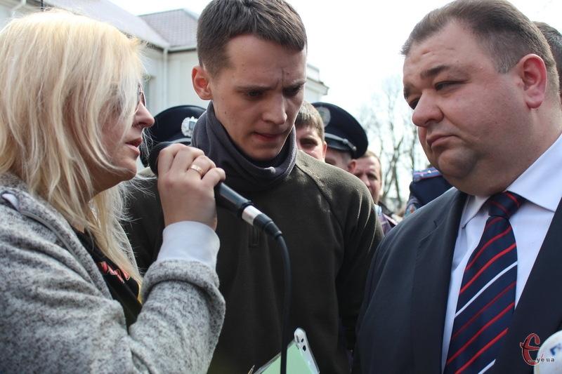Олег Синишин приблизно півтори години спілкувався з активістами Автомайдану на вулиці