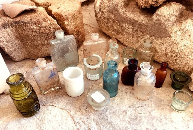 Був знайдений скляний посуд, уламками фаянсового і керамічного посуду