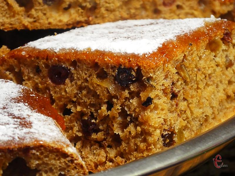 Малай пречудово смакує сам по собі, проте можна розрізати його на два коржі й змастити будь-яким кремом – вийде простий, але смачний буденний тортик.