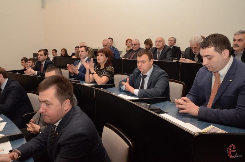 На розгляд депутатів Хмельницької міської ради винесено 77 проектів рішень