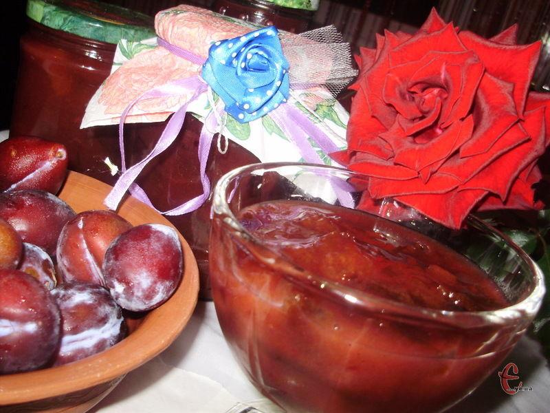 Ласощі дуже оригінальні на смак: кориця й імбир тут зовсім ненав'язливі, спеції лише трішки відтіняють сливу.