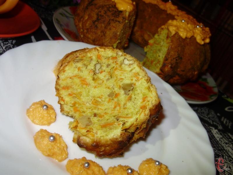 Морква зовсім не відчувається, але за рахунок неї кекс виходить ніжним і до того ж, корисним.