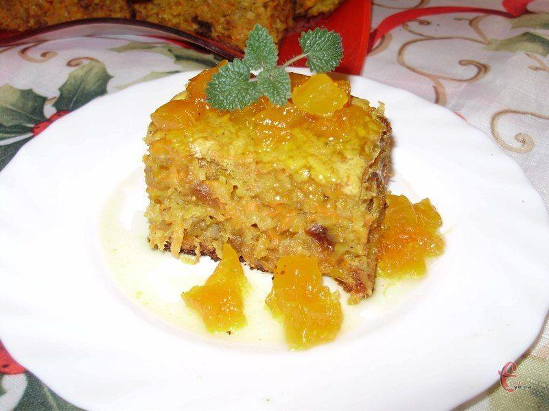 Можна посипати пиріг цукровою пудрою або полити йогуртом, карамельним топінгом, варенням чи медом.
