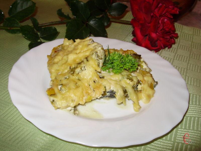 Рибка просочується соусом, ароматами зелені та спецій.