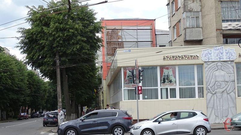Малюнок добре видно із вулиці Проскурівської